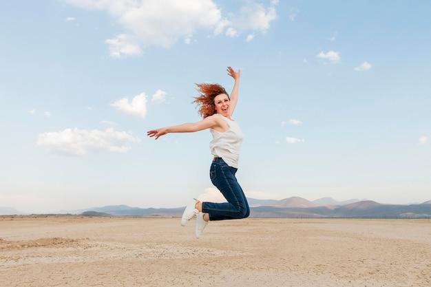 自然ジャンプでサイドビュー女性