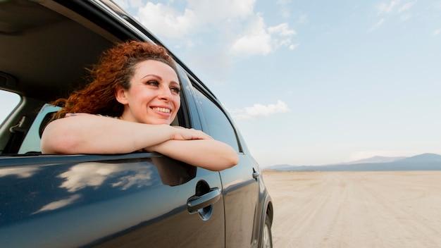 車で旅行スマイリー女性