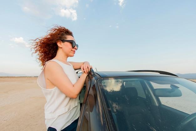 車の窓の女性