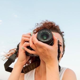 カメラでローアングルの女性