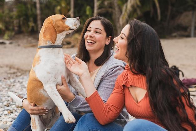 犬とスマイリーの女性