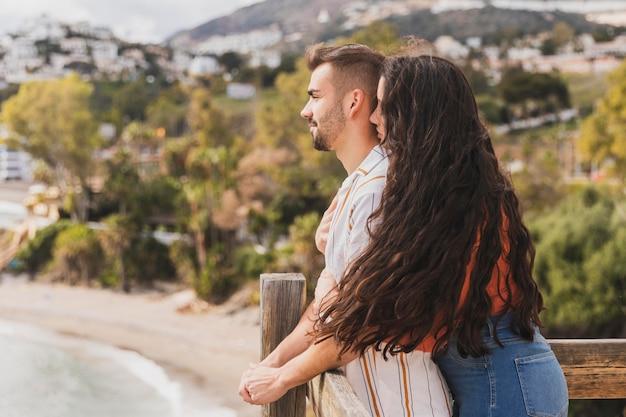 眺めを楽しむカップル