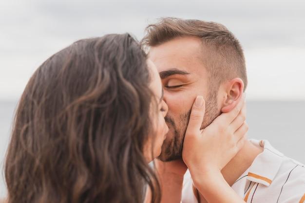 かわいいカップルがキス