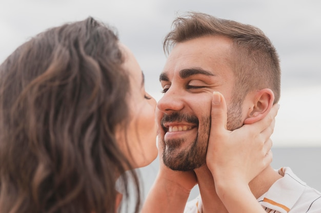 愛らしいカップルがキス