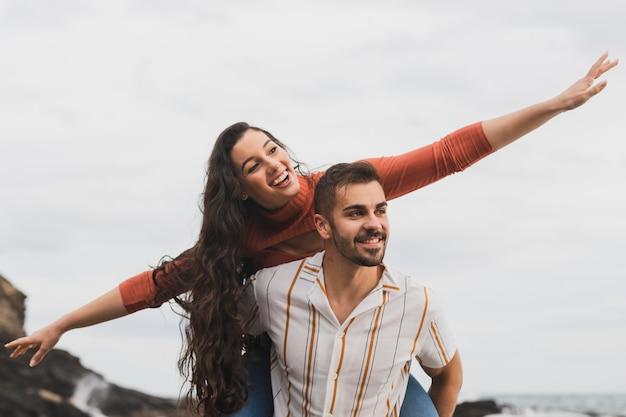 低角度の若いカップル