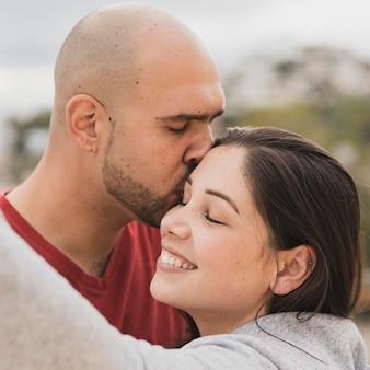 男のキスのガールフレンド