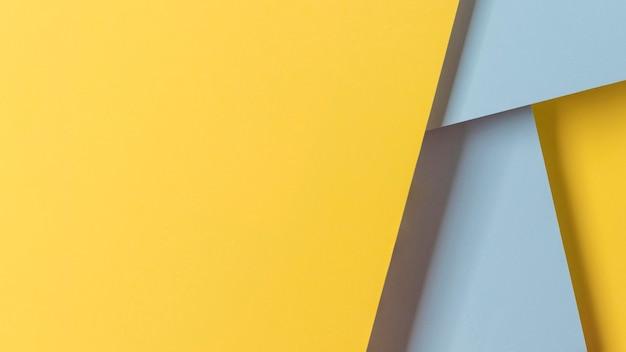 コピースペースの黄色と青の食器棚