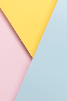 黄色の青とピンクの食器棚