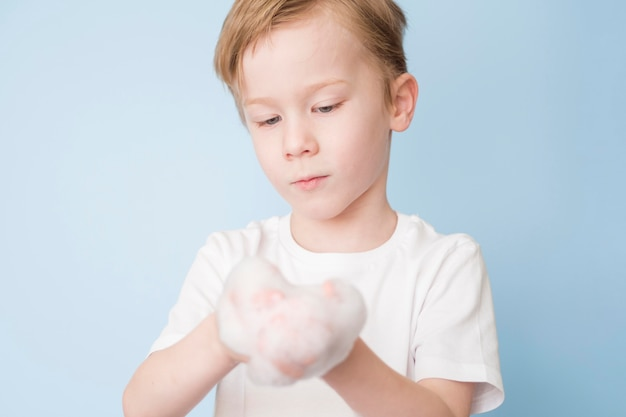 Вид спереди мальчик моет руки