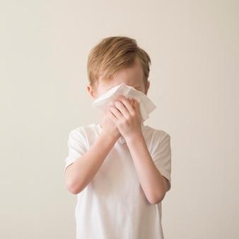 鼻をかむ少年