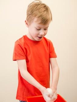 手を洗うサイドビュー少年