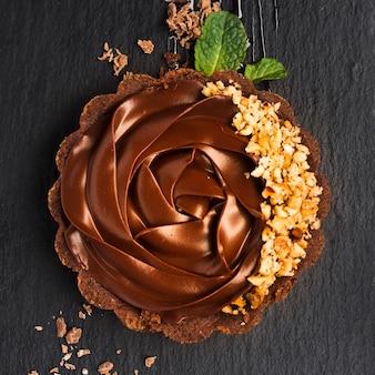スレートのクローズアップのチョコレートのタルト