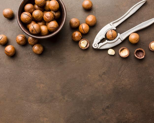 Вид сверху жареные орехи с копией пространства