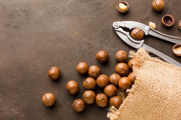Вид сверху жареные орехи с мешком