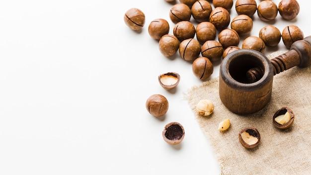 Жареные орехи крупным планом с копией пространства