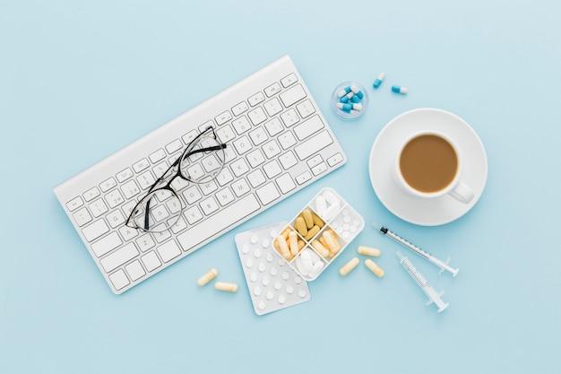 Кофейная чашка и клавиатура