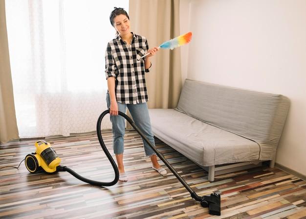 リビングルームで掃除機をかける女性