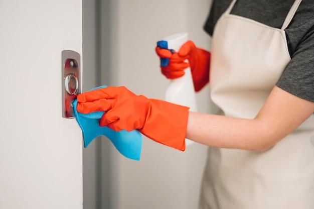 エレベーターのボタンを掃除する女性