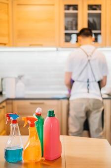お皿を洗う男の背面図