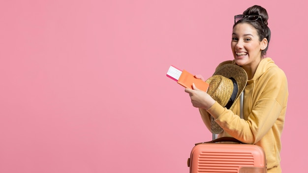 Молодая женщина рада новой поездке