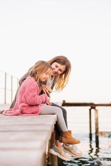 幸せな母と無邪気な娘の屋外