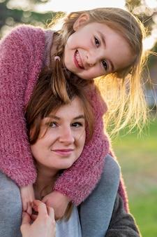 肩に娘を運ぶ素敵な母