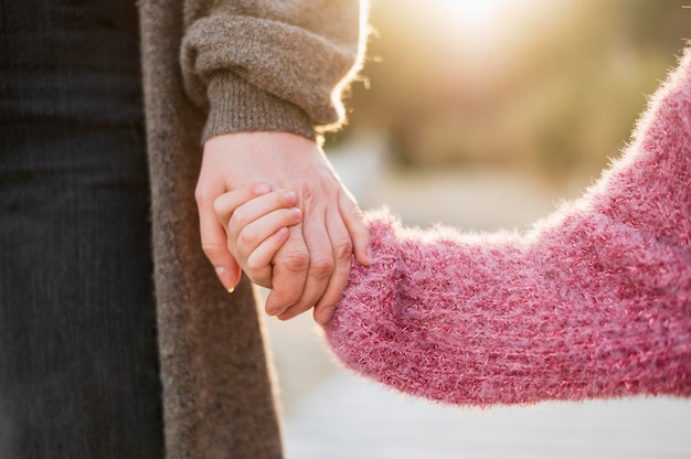 母と娘が手を繋いでいます。