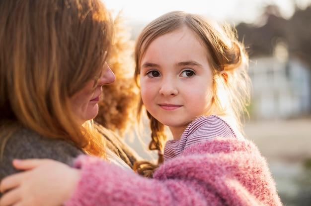 若い女の子を持つお母さんをクローズアップ