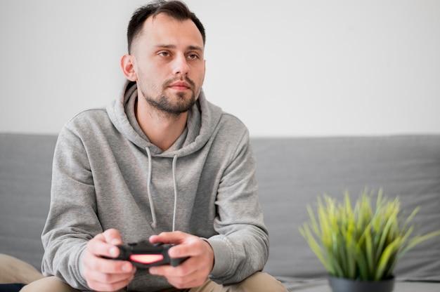 Вид спереди человека, играющего в видеоигры