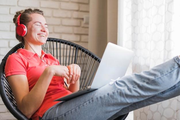 ノートパソコンで笑顔の女性の正面図