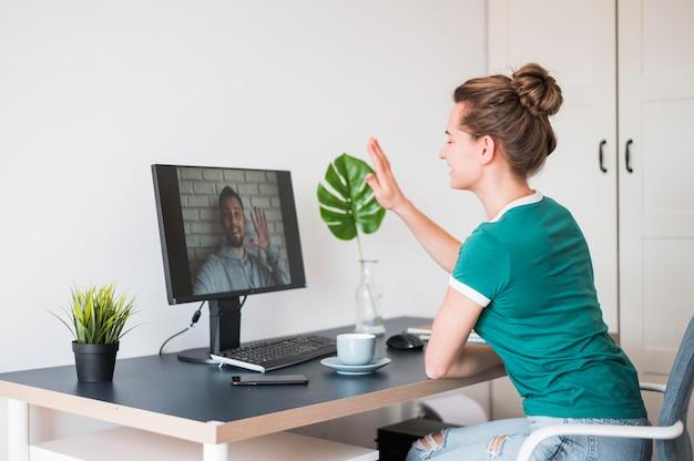 ビデオ通話を持つ女性の正面図