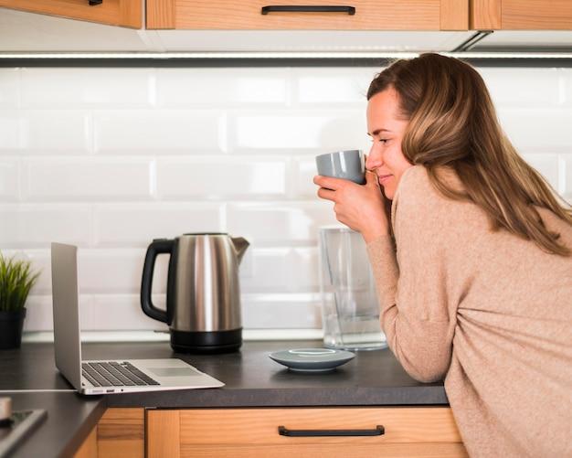 Вид спереди женщина пьет кофе