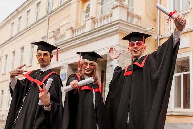 卒業することを誇りに思う学生
