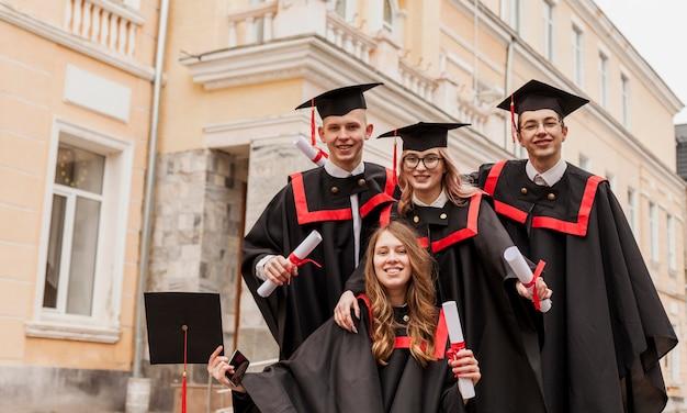 卒業する幸せな若い学生