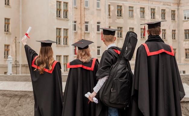 卒業生のグループ