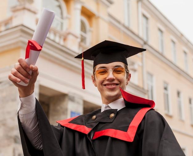 卒業証書を持つスマイリー少年