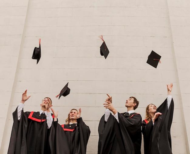 式典で幸せな学生
