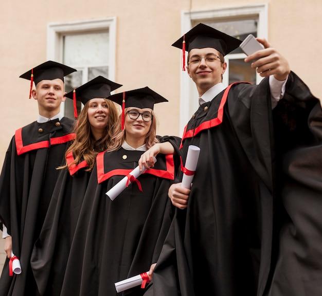 写真を撮る学生のグループ