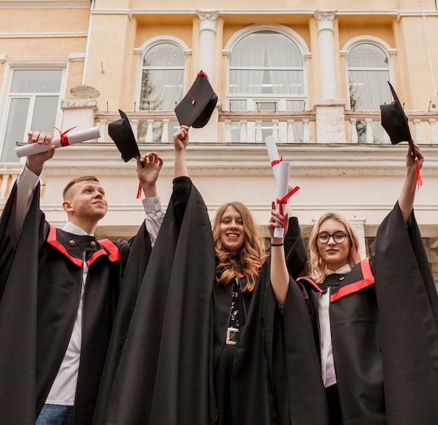卒業証書を保持している学生のグループ