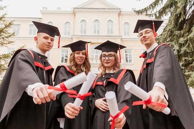 卒業証書を持つ同僚のグループ