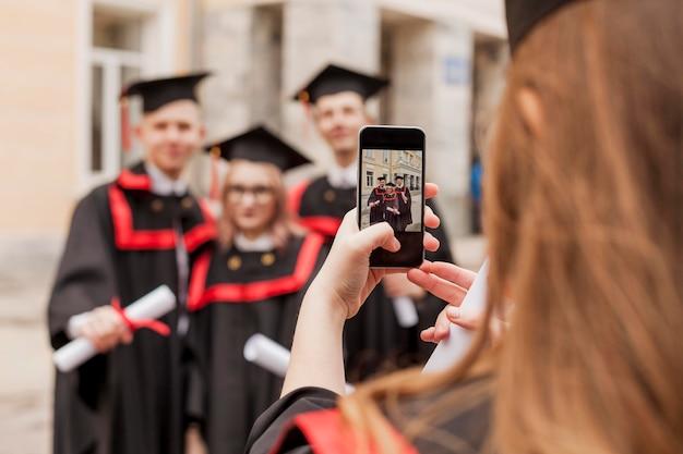写真を撮るクローズアップの学生