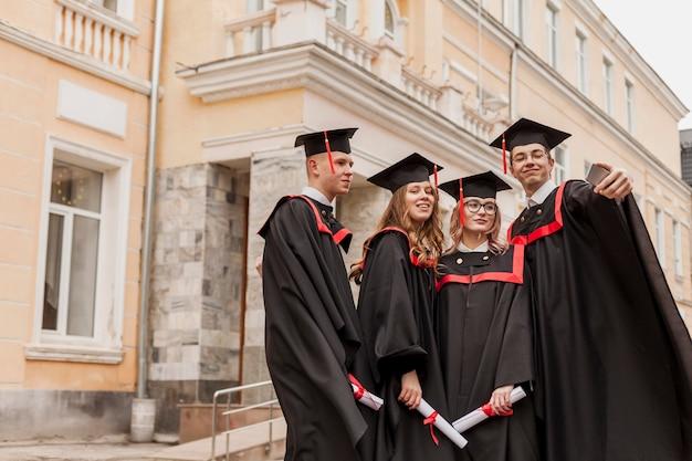 セルフィーを取る学生のグループ