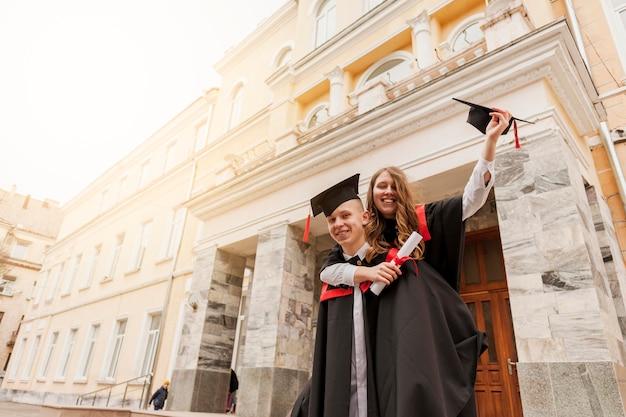 卒業を祝う学生