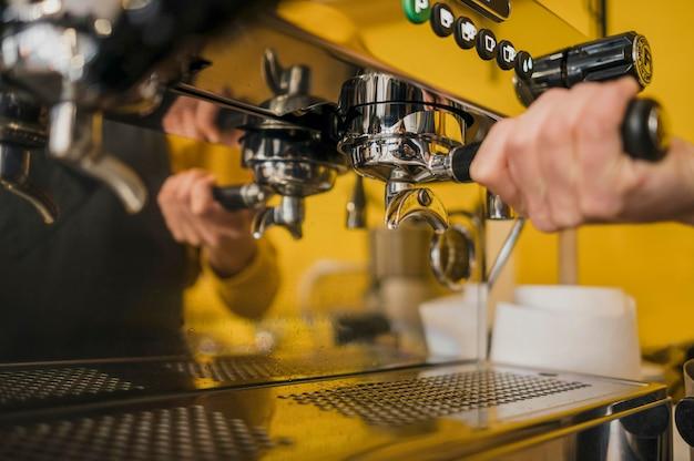 Бариста с помощью кофемашины
