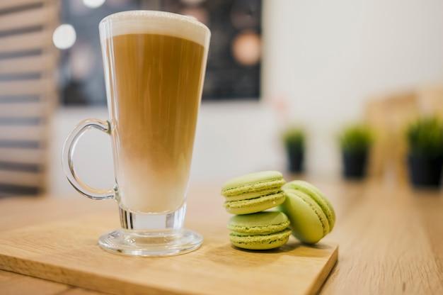 コーヒー飲料とマカロン