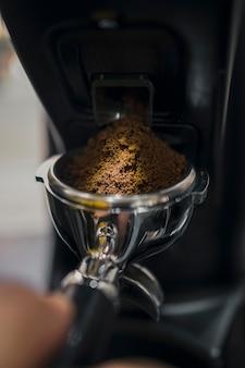 コーヒーとマシンカップのクローズアップ