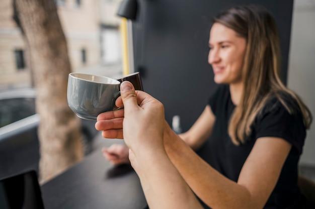 コーヒーを楽しむ女性バリスタの側面図