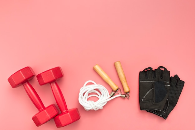 Вид сверху весов со скакалкой и спортивными перчатками