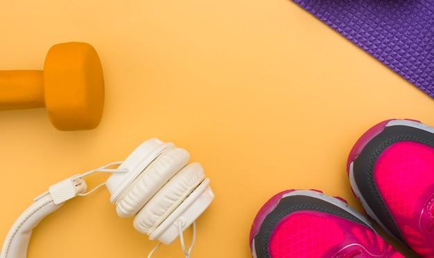 Плоская укладка наушников с весом и кроссовок