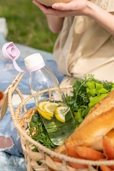 ピクニックでの食物と一緒にクローズアップバスケット